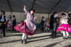 Utför oidentifierade barn oidentifierade barn utför en traditionell portugisisk folkloric musik på etapp på flodfis Arkivbild