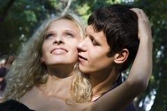 utför parparkromantiker går Fotografering för Bildbyråer
