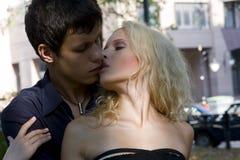 utför parparkromantiker går Royaltyfri Foto