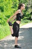 utför running som sträcker kvinnan Royaltyfria Bilder