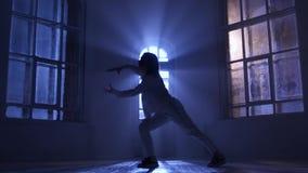 Utföra för dansare och praktiserande samtida, modern form av dansen silhouette arkivfilmer