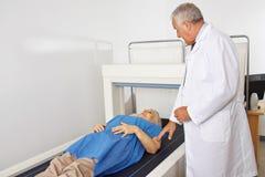 Utföra för doktor som är osteodensitometry i radiologi Arkivbilder