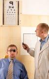 utföra för doktorsundersökningsöga Arkivfoto