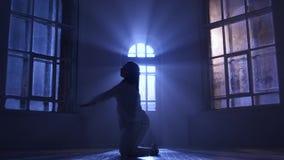 Utföra för flicka och praktiserande samtida, modern form av dansen silhouette arkivfilmer