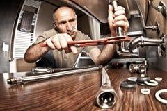 utförande service arbete för kokkärlrörmokare Royaltyfri Bild