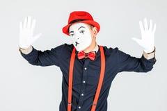 Utförande skÃ¥despelare för manlig pantomimskÃ¥despelaregyckel, pantomim som poserar pÃ¥ fotografering för bildbyråer