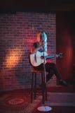 Utförande upplyst nattklubb för kvinnlig sångare Arkivfoton