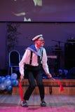 Utförde det komiska popnumret för sjömannen med signalflaggor vid skådespelarna av farspantomimteatern och clowneriet, Litsedeien Arkivfoton