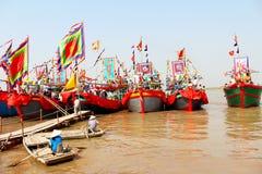 Utfört traditionellt fartyg på floden Arkivbild