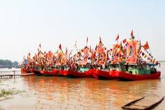 Utfört traditionellt fartyg på floden Arkivbilder