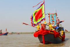 Utfört traditionellt fartyg på floden Fotografering för Bildbyråer