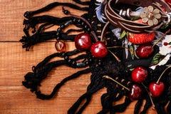 Utforma boho- och hippietyger, armband, halsband och körsbäret fotografering för bildbyråer