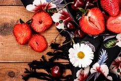 Utforma boho- och hippietyger, halsband, körsbäret och jordgubben royaltyfri fotografi