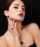 Utforma den sexiga kvinnliga modellen med manicured händer med cirkeln på fingret och den röda läppstiftet Arkivfoton