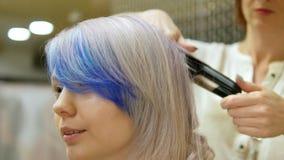 Utforma ett hår för klient` s i skönhetsalong, arkivfilmer