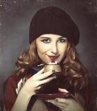 Utforma flickan med kakan och bokeh på bakgrund. Arkivfoto