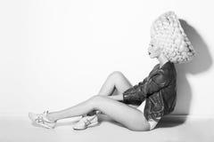 Utforma. Profil av den pråliga pittoreska kvinnan i overklig vit peruk Royaltyfria Foton