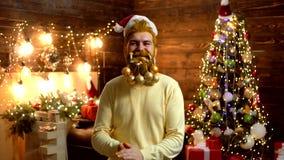 Utforma Santa Claus med ett långt skägg som poserar på träbakgrunden G?vasinnesr?relser Stående av brutal mogen jultomten arkivfilmer