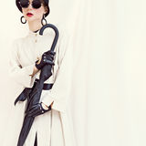 Utformad modeflicka med paraplyet glamorös stående Royaltyfri Bild