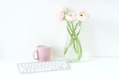 Utformad sammansättning med rosa ranunculos arkivbild