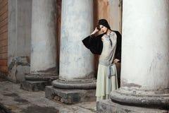 Utformade Retro danar ståenden av en ung kvinna. Arkivbild