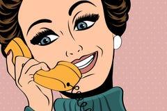 Utformar den gulliga retro kvinnan för popkonst i komiker samtal på telefonen stock illustrationer