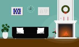 Utformar inre jul för vardagsrum den dekorerade spisen och svartsoffan Royaltyfri Bild