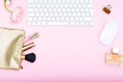Utformat kvinnligt skrivbord kopiera avstånd Royaltyfria Bilder