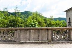 Utformat materielfotografi som tas på tappningstenbalkongen med den sten högg balkongen Retro balkong i mediteranean landskap arkivfoto