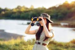 Utforskare Girl med kamouflagehatten och kikare royaltyfri bild