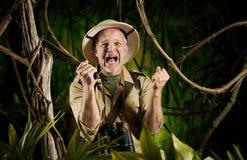 Utforskare som är borttappad på natten i skogen Royaltyfri Bild