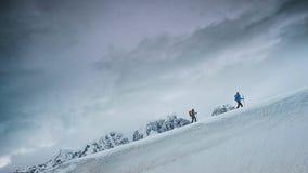 Utforskareklättring ett snöig maximum på den antarktiska halvön arkivbild