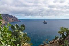 Utforskning av nya fossila bränslenbrunnar vid drillship royaltyfria foton