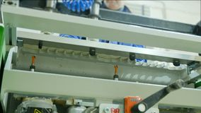 Utfyllnadsgodssnickerimaskin med i handling Tillsats av möblemangdelar i en modern möblemangfabrik stock video