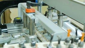 Utfyllnadsgodssnickerimaskin med i handling Tillsats av m?blemangdelar i en modern m?blemangfabrik stock video