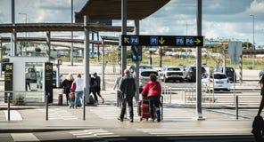 Utgående passagerare med deras resväska på parkeringshuset av Faro den internationella flygplatsen arkivbilder