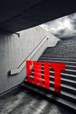 UTGÅNG på stads- trappuppgång i underjordisk passage Royaltyfri Bild