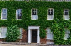 Utgång U K Juni 02, 2018 Härliga medeltida hus runt om fyrkanten nära den Exeter domkyrkan Devon södra västra England som förenas arkivbilder