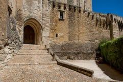 Utgångsdörr och trappa av slotten av påvarna av Avignon royaltyfria foton