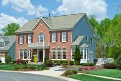 Utgångspunkt förorts- USA för hus för familj för försäljningstegelsten enkel 库存照片