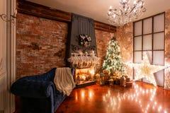 utgångspunkten för bärdekorjärneken låter vara mistletoen den snöig treen den vita vintern Jul i vindinre mot tegelstenväggen gåv royaltyfria bilder
