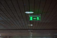 Utgångstecknet av byggnaden glöder grönt fotografering för bildbyråer