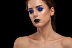 Utgör bärande blått för attraktiv kvinna med svarta kanter Royaltyfri Fotografi