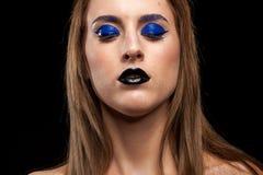 Utgör bärande blått för härlig kvinna med svarta kanter Royaltyfri Foto
