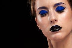 Utgör bärande blått för härlig modell med svarta kanter Fotografering för Bildbyråer