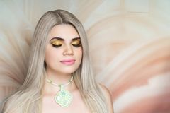 Utgör guld- skuggor för härlig kvinna royaltyfri bild