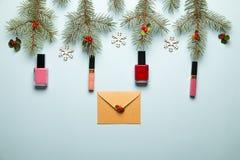 Utgör produktuppsättningen med jul dekor och hantverkkuvertet på blåa den lekmanna- bakgrundslägenheten Royaltyfria Bilder