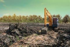 Utgrävning arbetar på konstruktionsplatsen på solnedgångtiden i sommaren Arkivfoto