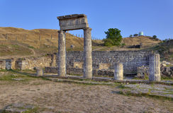 Utgrävningar av den forntida staden Pantikapaion Forntida kolonner på fördärvar av den forntida staden Arkivbild