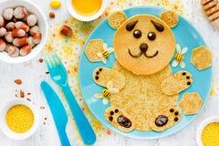 Uthärda pannkakor med honung och muttrar - den idérika idén för barn b Royaltyfria Foton